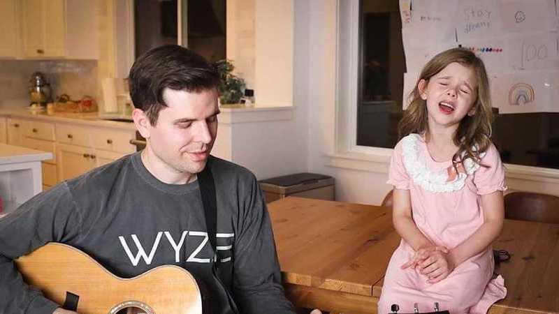 """Pai e filha de sete anos cantam """"Shallow"""" e conquistam redes sociais"""