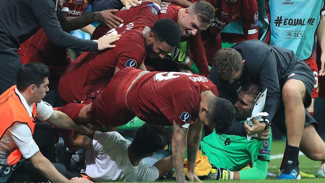 Guarda-redes do Liverpool lesionado por culpa de um adepto