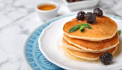 Panquecas integrais com xarope de manteiga de mel e amoras