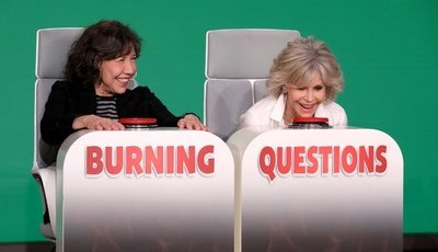 "Jane Fonda e Lily Tomlin respondem a ""perguntas quentes"" no programa de Ellen DeGeneres"