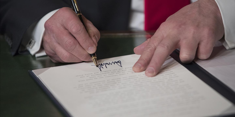 Porque é que Donald Trump usou várias canetas na assinatura dos primeiros despachos?