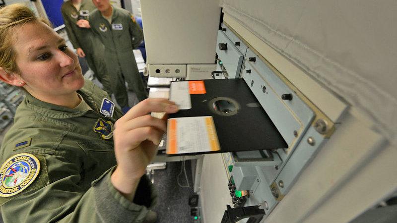 """Sistema de mísseis dos EUA vai finalmente abandonar as disquetes 5""""1/4 e os computadores dos anos 70"""