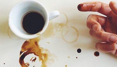 Aguarelista indonésio pinta utilizando apenas diferentes tipos de café