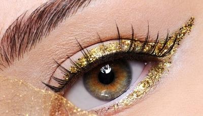 12 eyeliners com glitter que tornam qualquer look festivo