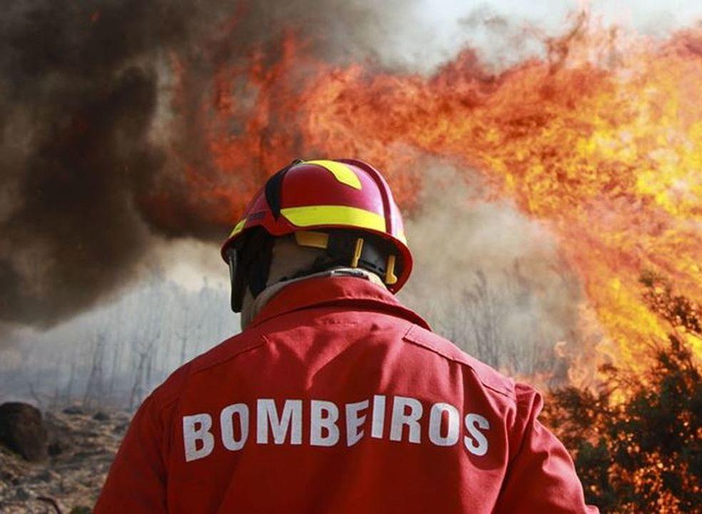Incêndios: 102 bombeiros e quatro meios aéreos a combater chamas em Barcelos