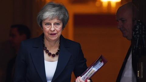 """Brexit: May responde a críticas de eurocéticos dizendo que acordo cumpre """"obrigações legais"""""""