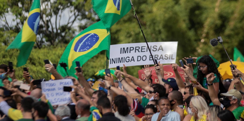Agressões e falta de segurança levaram a que jornais suspendessem cobertura junto à residência de Bolsonaro
