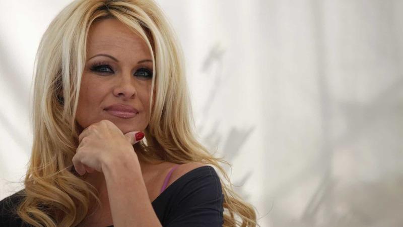 Pamela Anderson recria corrida icónica da série 'Marés Vivas'