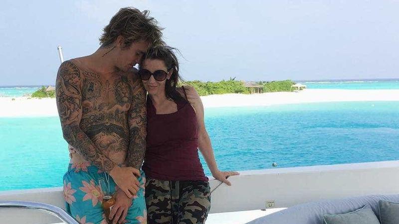 Após críticas da família de Selena Gomez, mãe de Justin Bieber sai em sua defesa