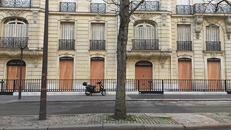 Artista plástico percorre ruas de Paris para fotografar os tapumes que protegem as montras das lojas