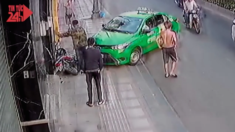 Taxista impede fuga de ladrão numa mota com recurso ao próprio carro... um herói