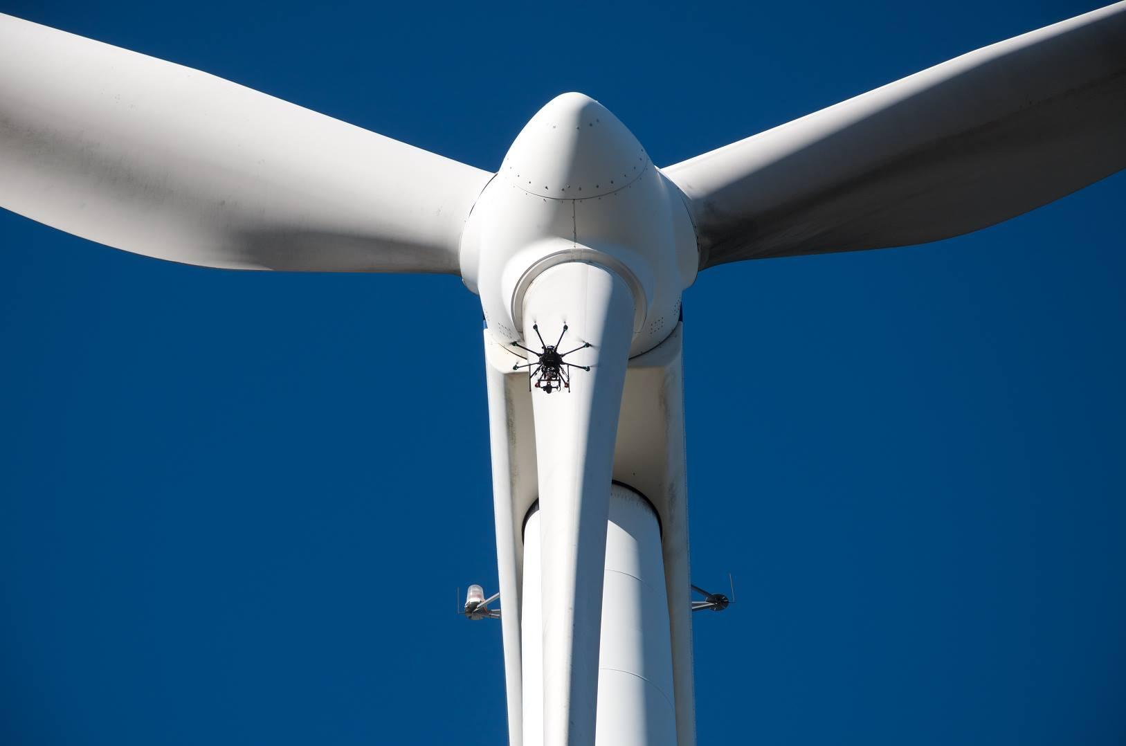 Os inspetores já não têm de fazer rapel nas pás das turbinas eólicas (sim, é isso que fazem)