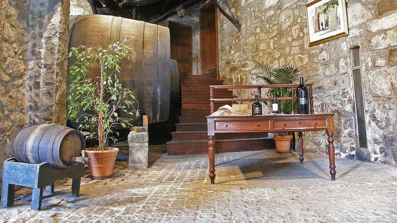 Esta é a mais antiga casa de vinho do Porto em actividade. Tem mais de 430 anos