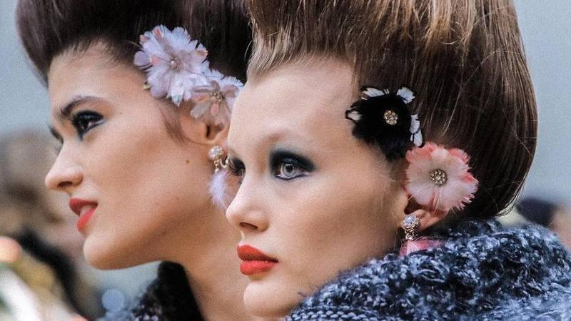 Marie Antoinette e David Bowie inspiraram a beleza romântica no desfile de alta costura da Chanel
