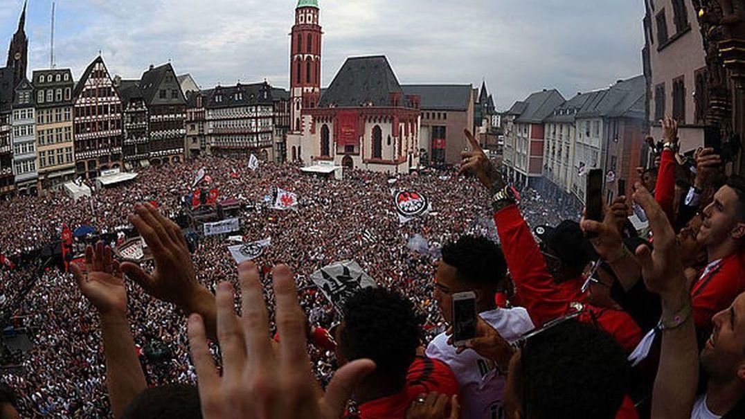Adeptos do Eintracht Frankfurt mostram como se deve apoiar uma equipa