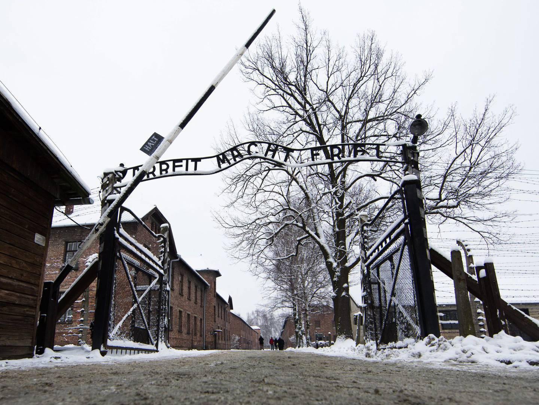 Dois adolescentes portugueses condenados por gravarem nome no portão de Auschwitz
