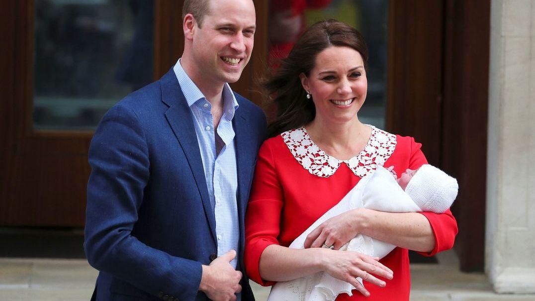 Euforia na saída dos duques de Cambridge da maternidade