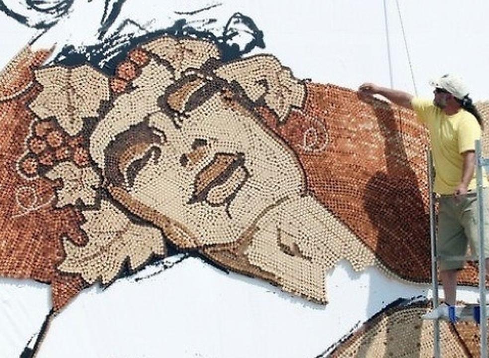 Artista com 10 recordes do Guinness vai estar em Lisboa para erigir mural em rolhas de cortiça