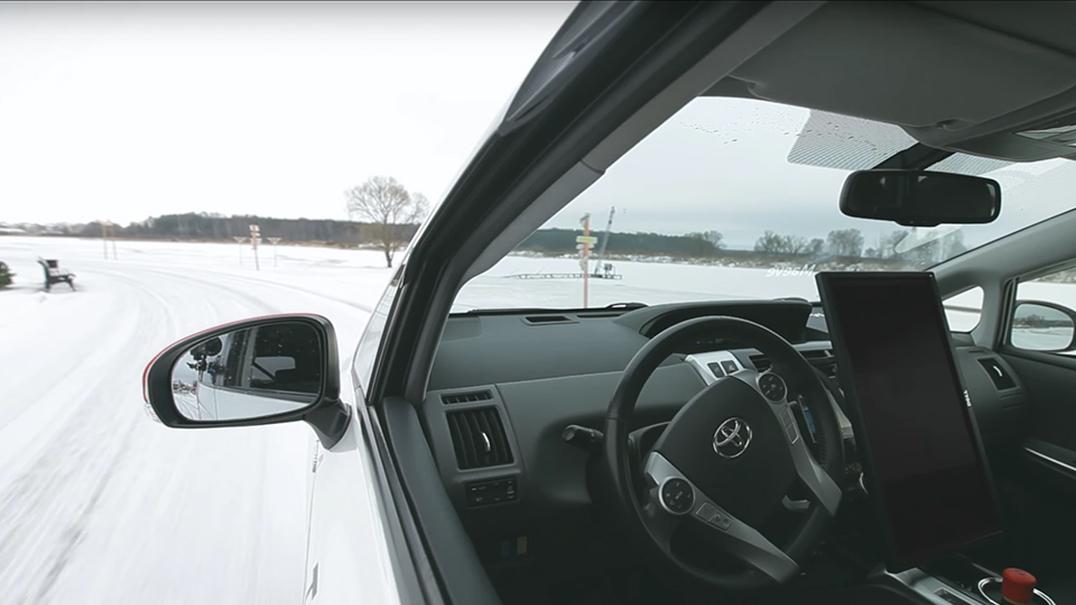 Chamar um táxi e viajar a bordo de um autónomo pelas ruas de Moscovo