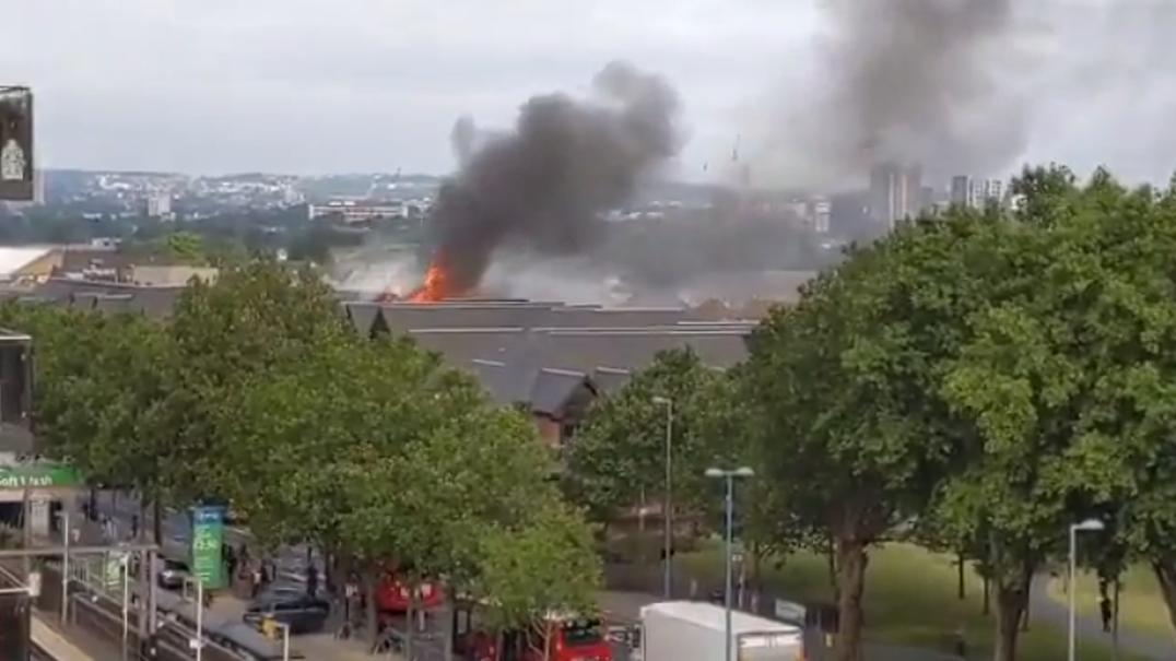 Incêndio num Centro comercial no este de Londres