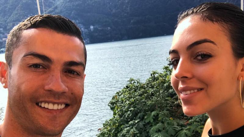 Cristiano Ronaldo feliz ao lado de Georgina Rodríguez e do filho