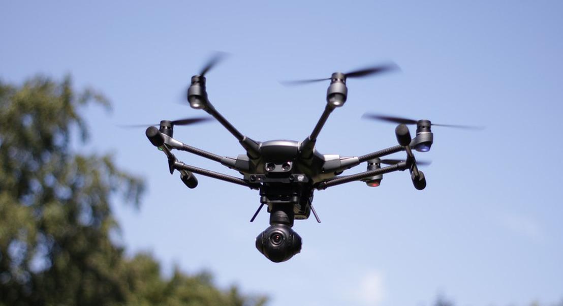 """DARPA testa """"enxame"""" de drones para assistência em missões militares"""