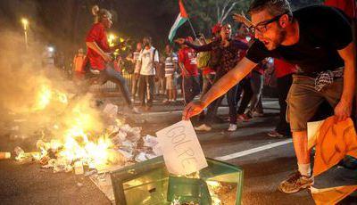 Centenas gritam por Dilma em São Paulo. Polícia lança gás lacrimogéneo