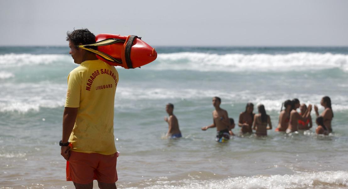 """COVID-19: Nadadores-salvadores devem privilegiar salvamento """"sem entrar na água"""""""