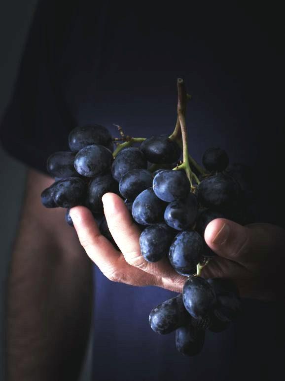 Pintada assada no forno com uvas e peras