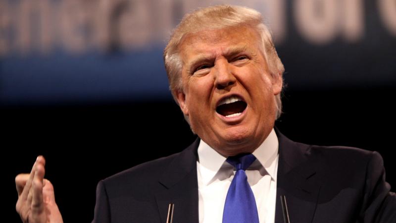 Trump diz que está '1000%' ao lado da CIA e ataca jornalistas