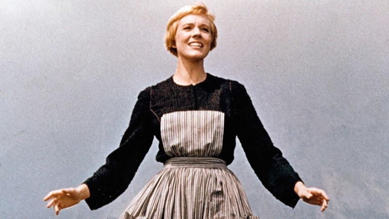 """E se Maria de """"Música no Coração"""" estivesse em isolamento? Cenas de filmes recriadas para a quarentena"""