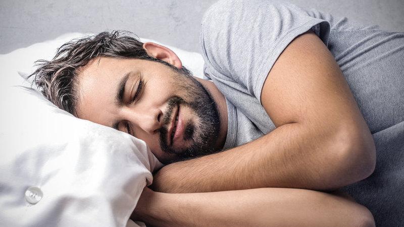 Conheça os riscos para a saúde de quem passa demasiado tempo na cama