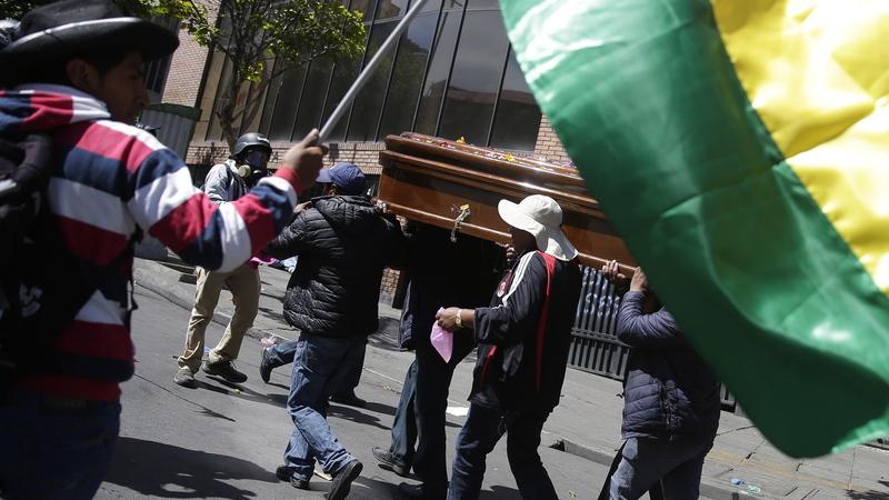 Polícia boliviana dispersa com gás lacrimogéneo marcha com caixões de vítimas mortais