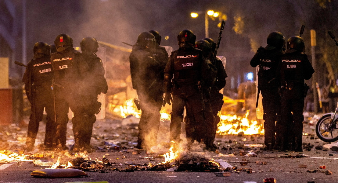 Confrontos entre polícia e grupos radicais multiplicam-se em Barcelona. Mais de 200 polícias feridos nos distúrbios