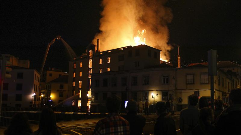 Incêndio que deflagrou em antiga fábrica no centro do Funchal já estará controlado