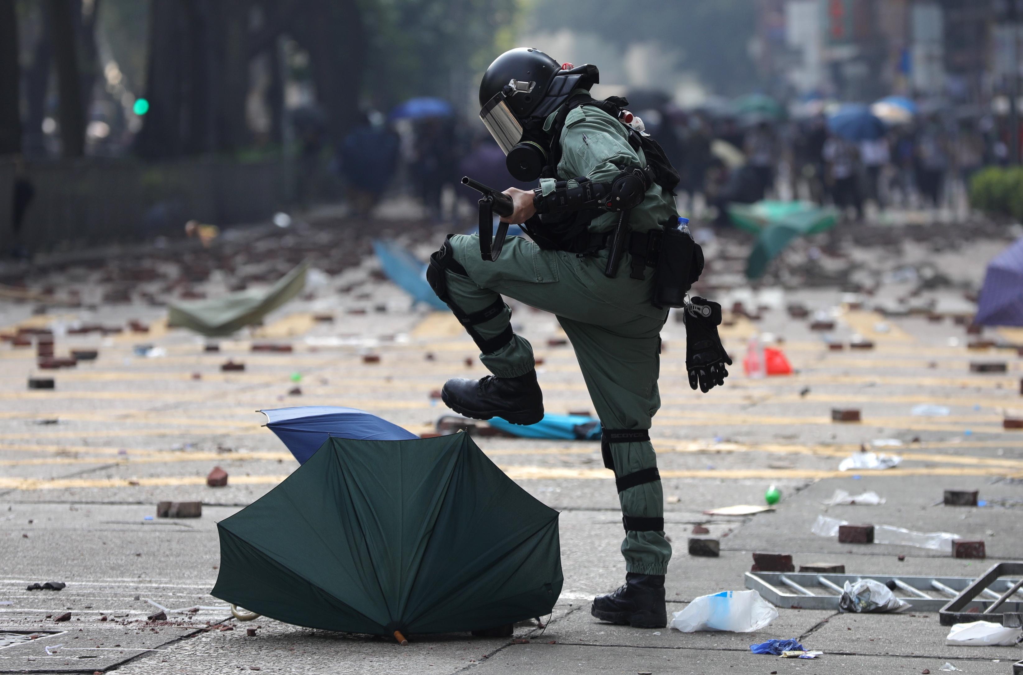 """""""Manter a lei e a ordem"""". Novo chefe da polícia de Hong Kong toma posse com aprovação de Pequim"""