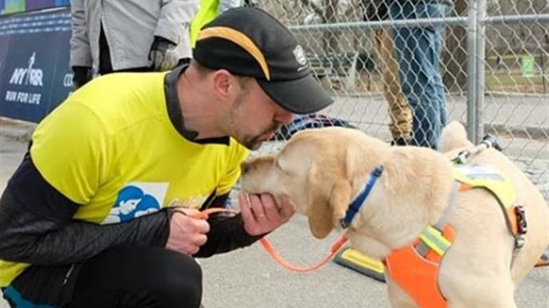 Homem cego termina a meia maratona de Nova Iorque com ajuda dos seus cães