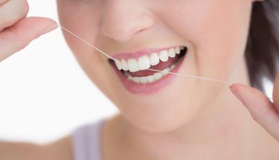 O uso diário de fio dentário é mesmo essencial?