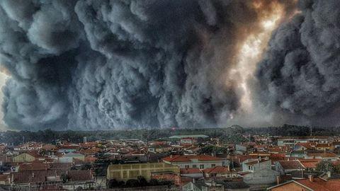 """O bombeiro que mostrou o fogo a engolir o Pinhal de Leiria esteve """"completamente isolado"""""""