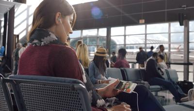 No trabalho, no avião, em todo o lado: Há cada vez mais pessoas a ver séries e filmes fora de casa
