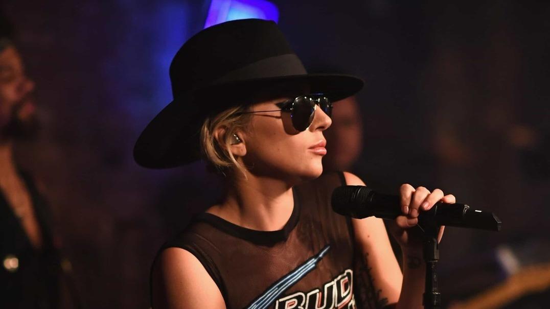 Lady Gaga sofre queda aparatosa