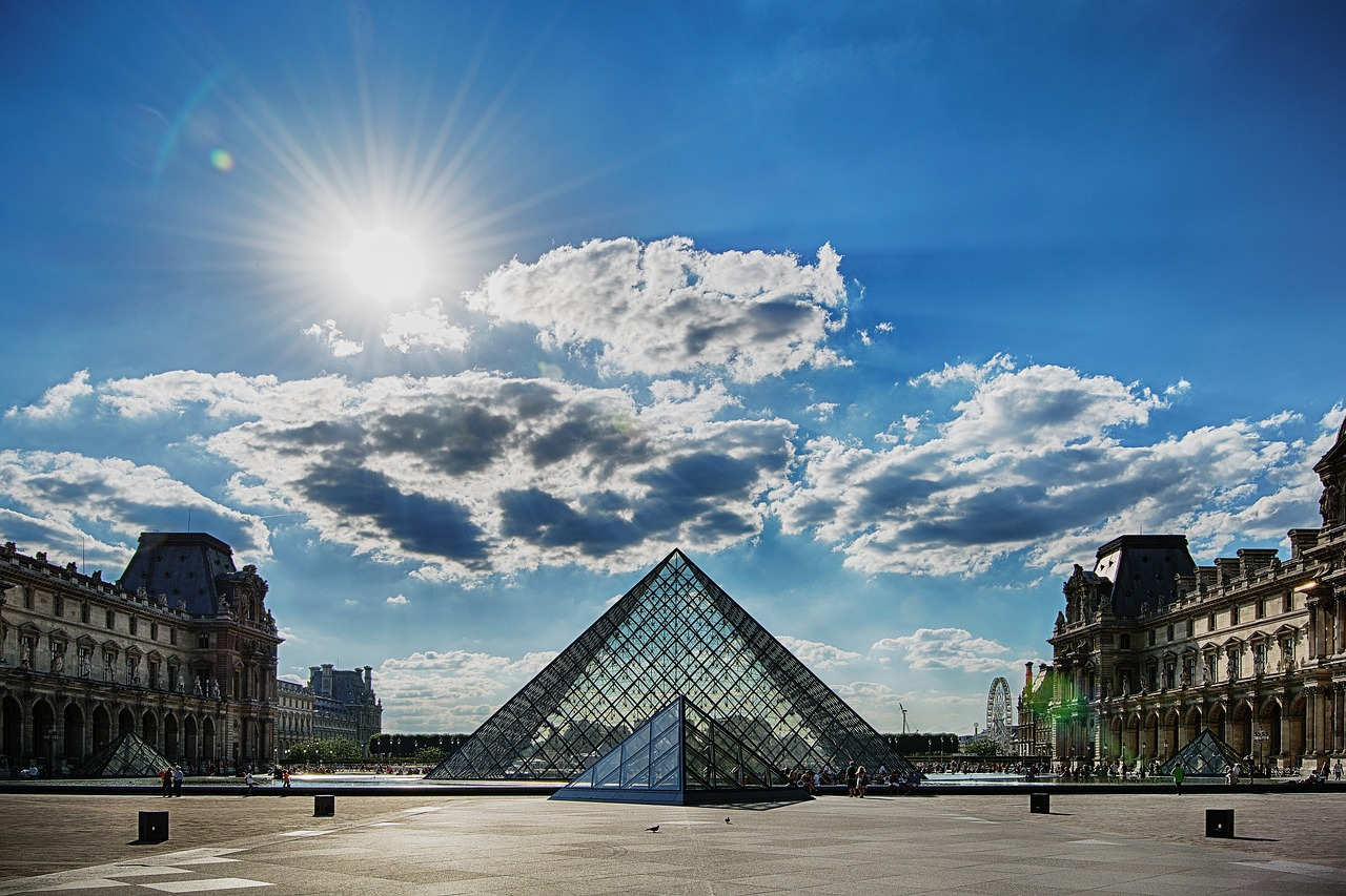 Pirâmide do Louvre, da polémica ao aplauso unânime
