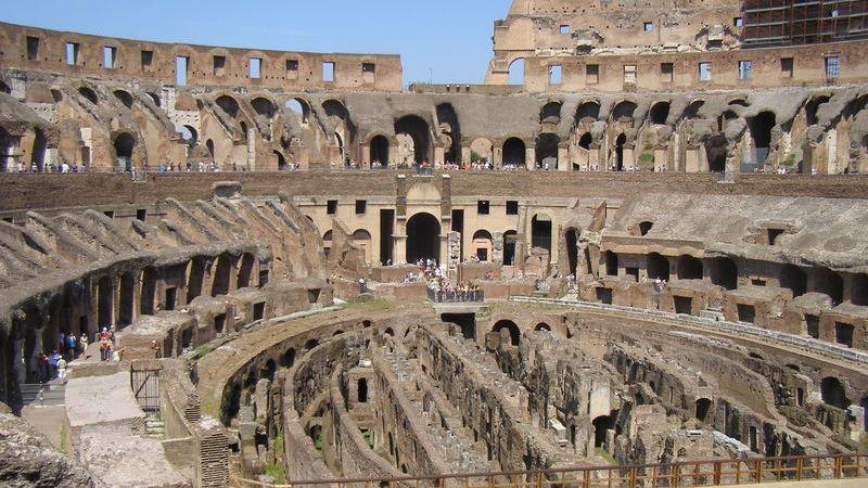 Turista apanhado a roubar um pedaço da parede do Coliseu de Roma durante visita guiada