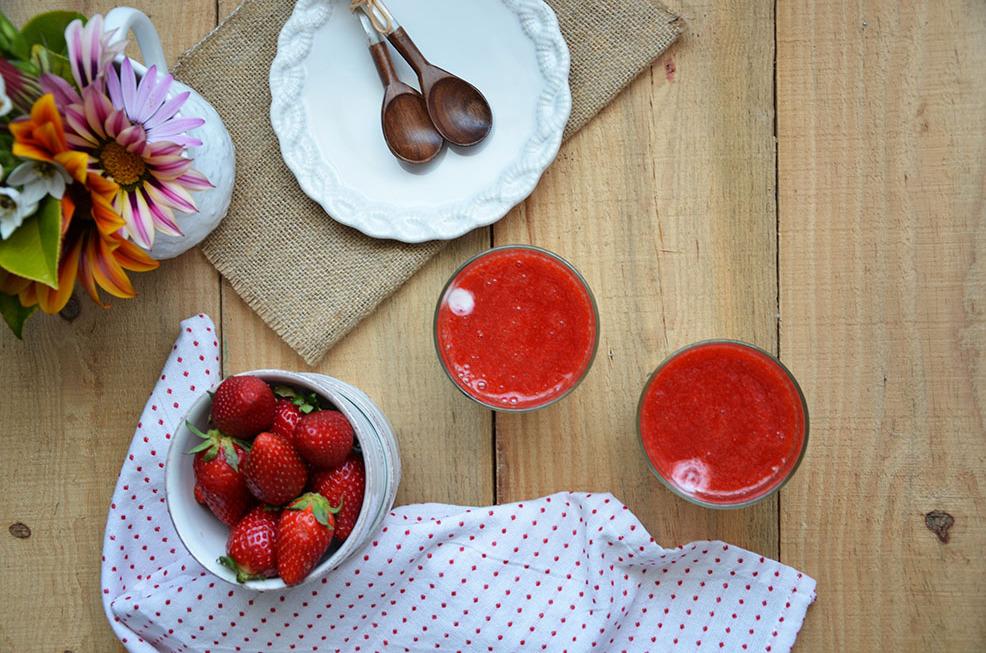 Copinhos de iogurte e morangos