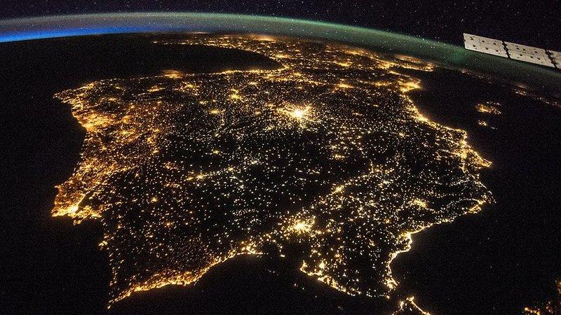 Um mundo que nunca dorme. Assim brilha a terra à noite