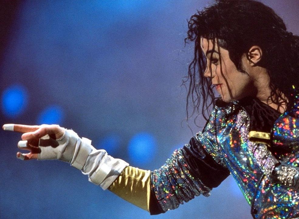 A famosa luva branca, as revelações de um amigo e o novo hino da luta contra a COVID-19. Michael Jackson continua a ser notícia