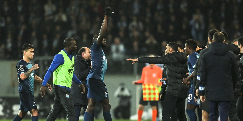 """Marega abandona jogo entre Porto e Guimarães devido a insultos racistas. """"Lamentável"""", diz Sérgio Conceição"""