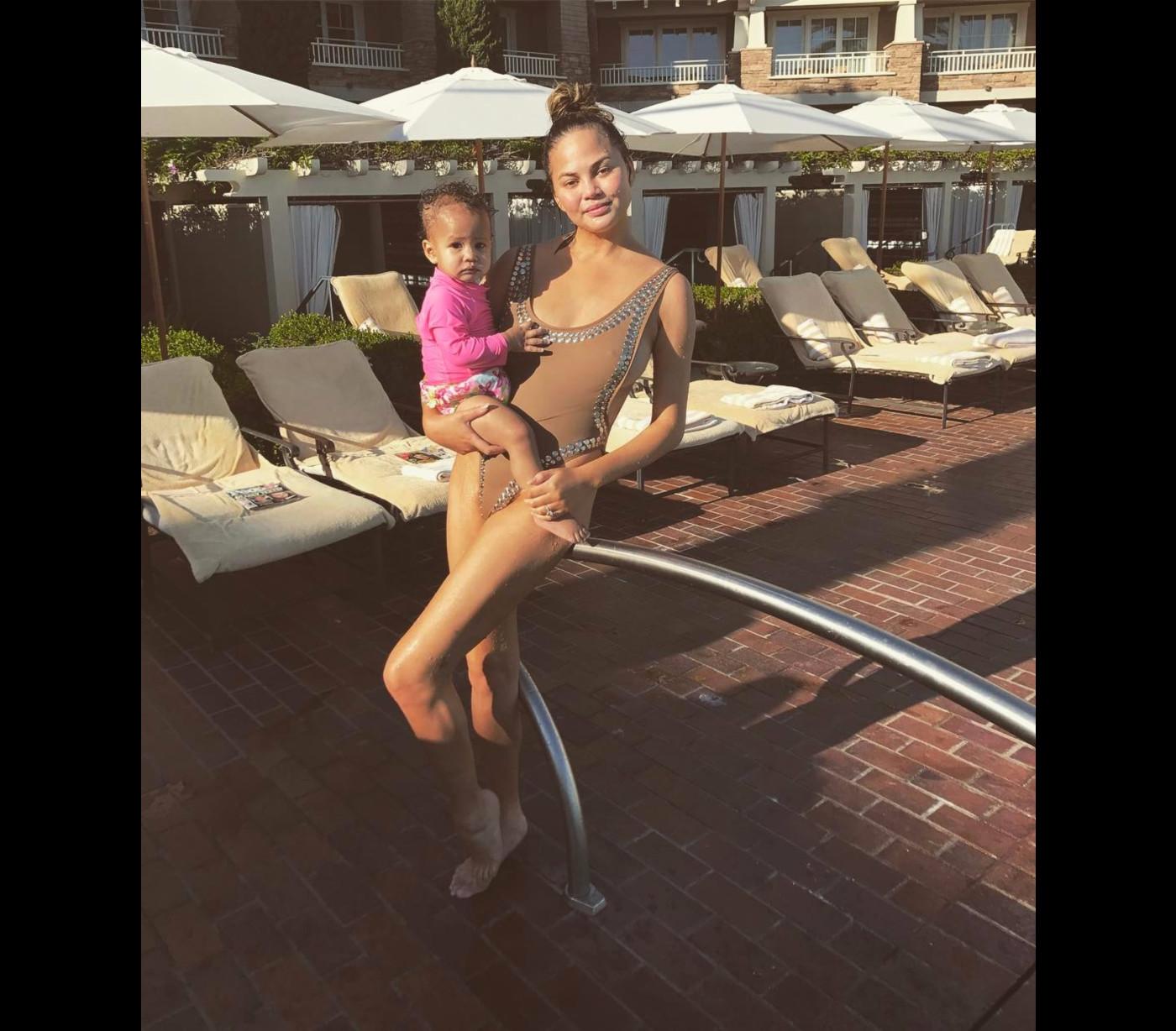 2837c7ea8 A modelo posa com a filha Luna, usando um fato de banho de Norma Kamali ...
