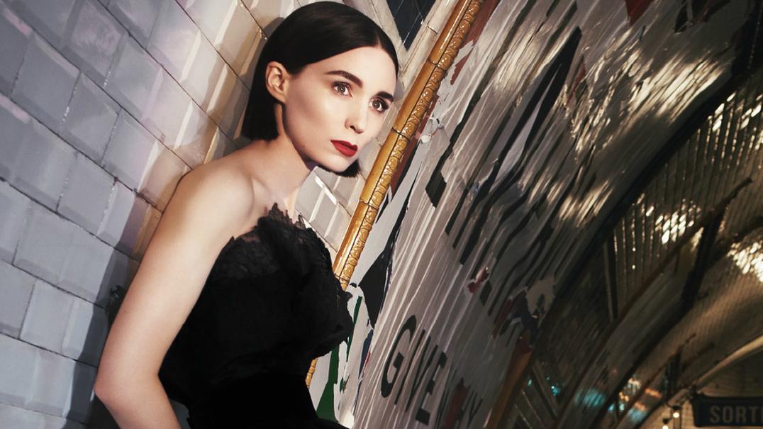 Rooney Mara deambula por Paris para promover o novo perfume da Givenchy