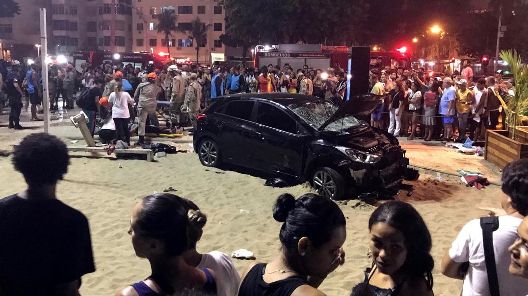 Brasil. Veículo atropela pessoas que passeavam na calçada de Copacabana. Um bebé morreu